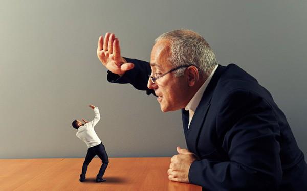 Sếp mượn tiền mua đồ vì quên ví nhưng mãi chưa trả, làm nhân viên làm sao để đòi nợ?