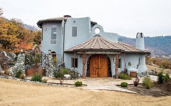 Bên ngoài thì rất bình thường, chỉ khi bước vào trong bạn mới hiểu tại sao ngôi nhà này có giá 7,6 triệu USD