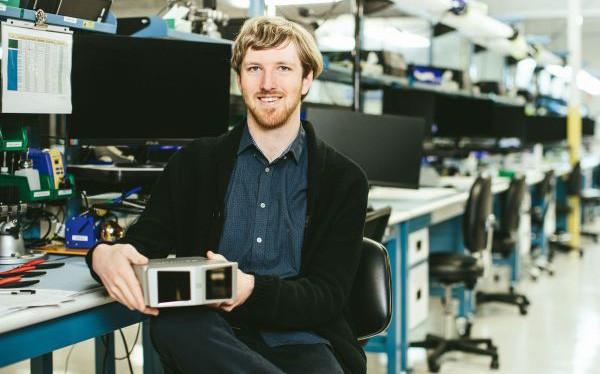 Tự lập trình máy chơi game thành điện thoại di động từ năm 10 tuổi, 18 tuổi bỏ học lập công ty, thần đồng 23 tuổi này hứa hẹn sẽ sớm trở thành Elon Musk, Mark Zuckerberg trong tương lai