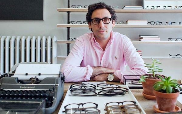 """Tăng giá bán kính vô tội vạ, Luxottica - tập đoàn độc quyền hơn 80% nhãn kính trên thị trường đã bị nhóm sinh viên """"bốn mắt"""" xử đẹp theo cách cực kỳ thông minh"""