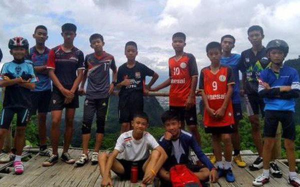Hé lộ lý do đội bóng Thái Lan bất chấp mọi cảnh báo, bỏ hết giày và balo tiến vào hang tối