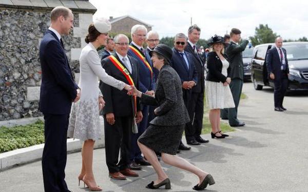 Thủ tướng Anh khom mình bắt tay các thành viên Hoàng tộc: Người không hiểu chuyện thì cười cợt, số khác lại thán phục lễ nghi của bà May