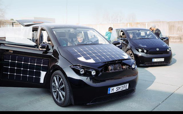 Xe ô tô được lắp 330 tấm pin năng lượng mặt trời, tự sạc cả trong lúc đi