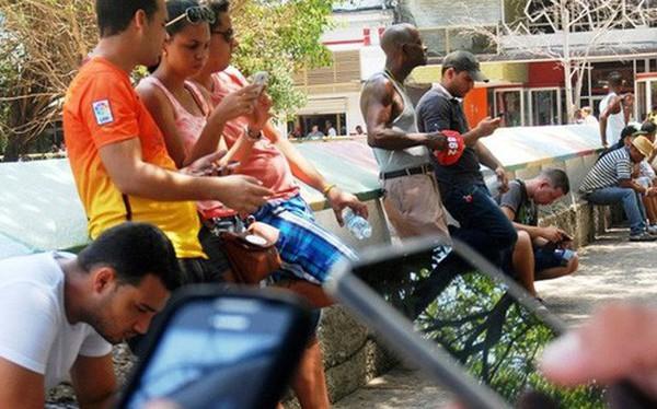 Người dân Cuba sung sướng lần đầu được dùng Internet di động miễn phí