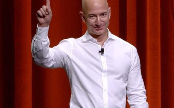 """Tuổi thơ buồn tủi, khởi nghiệp từ """"gã bán sách online"""", điều gì đã giúp Jeff Bezos bước lên vị trí """"người người ước mong, ngưỡng mộ""""?"""