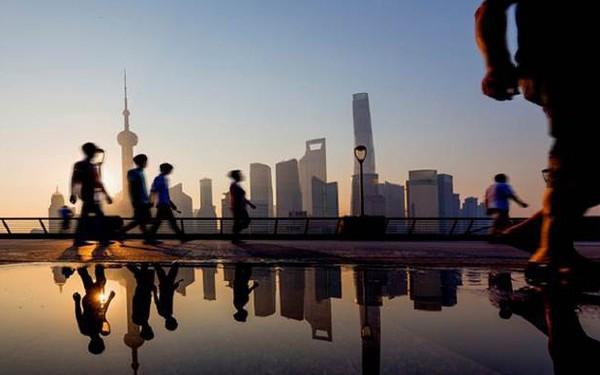 Diễn biến lạ trong nội tại nền kinh tế Trung Quốc: Lớp trẻ phải hoãn sinh con, bớt mua sắm đồ xa xỉ, từ bỏ phòng gym đến công viên tập luyện để... tiết kiệm tiền