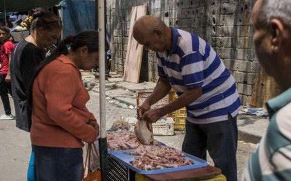 """Venezuela giữa những """"ngày tận thế"""": Thiếu điện, mất nước, đến thịt ôi thiu cũng cháy hàng"""