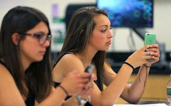 """Teen Mỹ """"khuyên nhủ"""" nhau từng bước chống lại nghiện smartphone"""