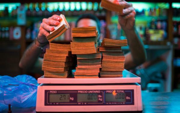 Khủng hoảng kinh tế, Venezuela quyết định phá giá đồng nội tệ sau 15 năm duy trì chính sách