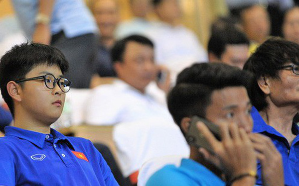Chàng trợ lý tiếng Anh có gương mặt bầu bĩnh luôn theo sát HLV Park Hang Seo và Olympic Việt Nam là ai?
