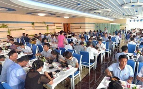 Người dân Triều Tiên ăn tối với Tổng thống Hàn Quốc tại nhà hàng hải sản số 1 Bình Nhưỡng