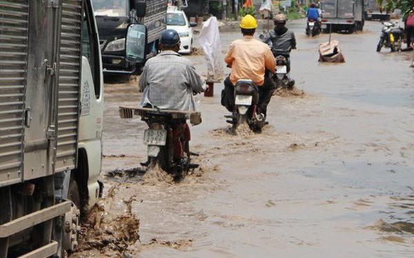 Bình Dương: Cứ mưa là đường thành sông, nhiều người ngã sấp ngửa