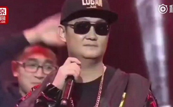CEO Pony Ma của Tencent gây tranh cãi vì diện đồ hip-hop lên sân khấu để hát nhạc... sến