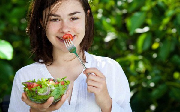 Thanh niên Việt ăn ít tinh bột, nhiều đạm, rau xanh giữ dáng coi chừng ảnh hưởng tới chức năng làm bố mẹ sau này