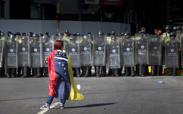 Siêu lạm phát ở Venezuela: Siêu thị không còn hàng để bán, thuốc men không có mà mua, tiền lương một tháng chỉ đủ mua 6 chai dầu gội đầu