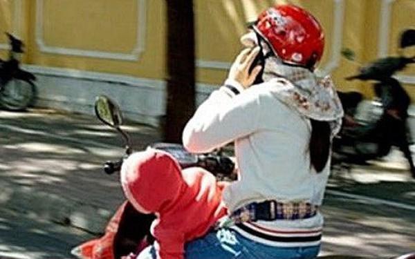Đề xuất phạt nặng người sử dụng điện thoại khi điều khiển xe máy, ô tô