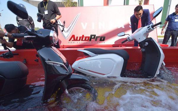 Ngắm VinFast Klara lội nước nửa mét nhẹ nhàng: Xe máy điện thông minh không ngại lụt lội Việt Nam
