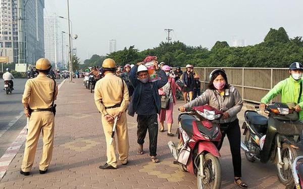 Clip: Cả đoàn người cùng nhau dắt xe máy ngược chiều trên vỉa hè để không bị phạt vi phạm giao thông