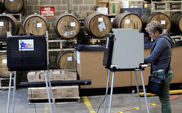 """Cuộc bầu cử """"đậm chất Mỹ"""": Đến hầm bia, bể bơi, tiệm giặt là cũng trở thành nơi bỏ phiếu"""