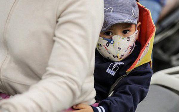 Hình ảnh người dân Hà Nội đón gió lạnh, kẻ đông người hè xuất hiện trên phố