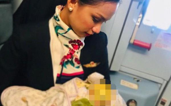 """Hình ảnh """"Nữ tiếp viên hàng không cho em bé bú vì mẹ bé không mang theo sữa"""" gây tranh cãi trên MXH"""
