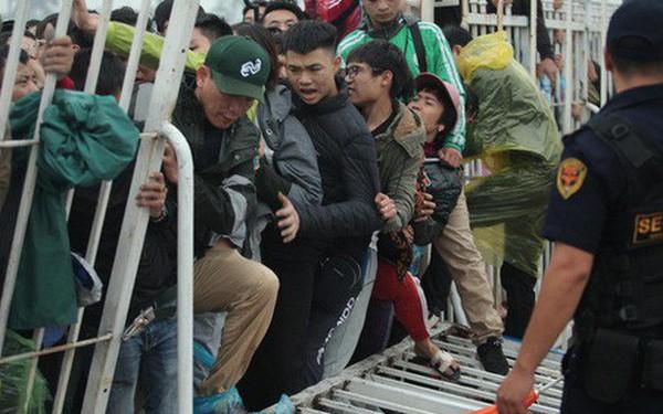 Sáng chủ nhật kinh hoàng: fan mua vé AFF Cup 2018 đẩy đổ hàng rào sân Mỹ Đình
