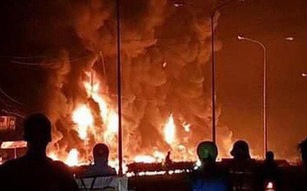 Hiện trường vụ tai nạn thảm khốc ở Bình Phước: 16 căn nhà bị thiêu rụi, 6 người tử vong trong đám cháy
