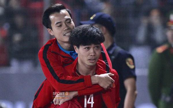 Công Phượng cõng Văn Toàn rời sân - khoảnh khắc của tình anh em gây xúc động