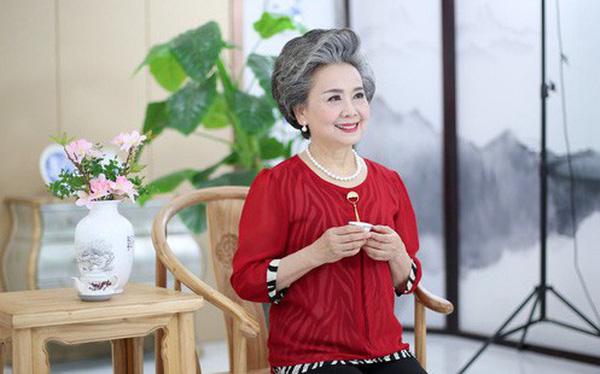 """Trung Quốc: Khi cụ bà 71 tuổi vẫn hái ra tiền nhờ làm mẫu ảnh, người ta bắt đầu lo về một nền """"kinh tế tóc bạc"""""""