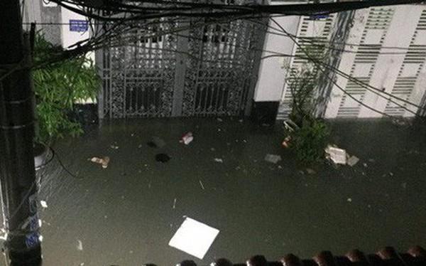 Ảnh: Mưa ngập diện rộng, dân TP.HCM trắng đêm tát nước chống lụt