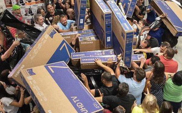"""Black Friday đang biến đổi, thay vì """"chen bẹp ruột"""" ở cửa hàng, người Mỹ đang ngồi nhà mua online"""