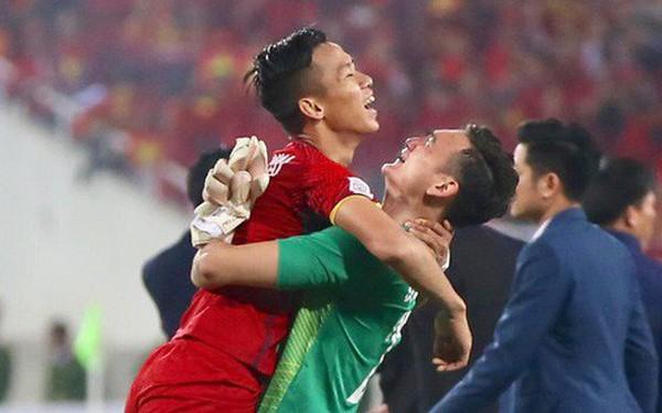 Vô địch AFF Cup 2018, thủ thành Văn Lâm bật khóc rưng rức khi ăn mừng cùng Quế Ngọc Hải