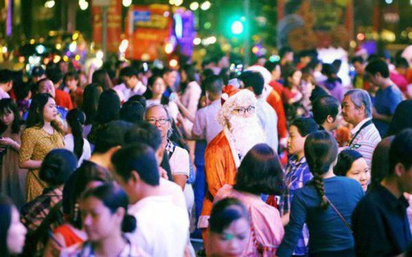 Tranh thủ cuối tuần, người Sài Gòn và Hà Nội ùn ùn đổ lên trung tâm để vui chơi trước thềm Giáng sinh