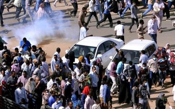 Chính phủ tăng giá bánh mỳ, người dân Sudan xuống đường biểu tình