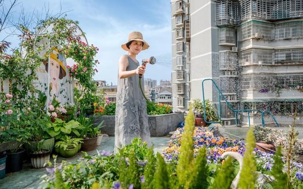 """Tận dụng mái nhà bỏ hoang, người phụ nữ 45 tuổi đã biến toàn bộ không gian thành """"khu vườn địa đàng"""""""
