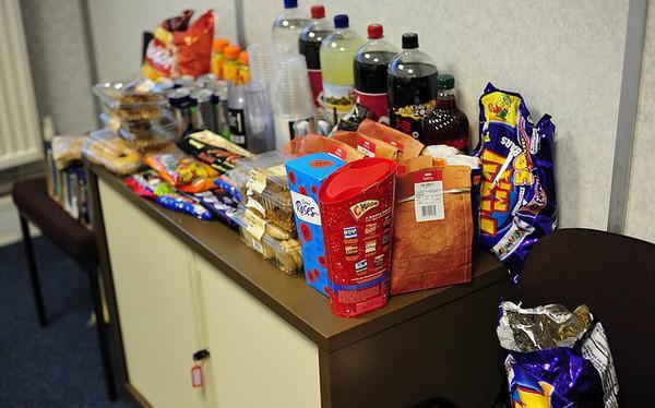 Xu hướng công sở mới: Đồ ăn vặt miễn phí ở công sở tiết lộ gì về công việc của bạn