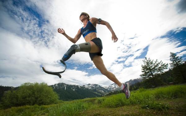 Tàn nhưng không phế: Cụt một chân sau tai nạn, nữ vận động viên 46 tuổi này vẫn chinh phục đường đua marathon xuyên sa mạc Sahara dài nhất thế giới