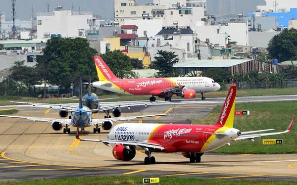 Đường băng nứt vỡ, sân bay hết chỗ... tranh nhau để được bay