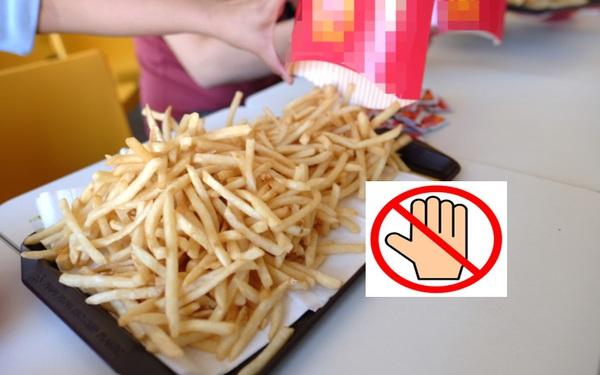 Cựu nhân viên phục vụ lý giải vì sao không nên ăn fast-food trực tiếp từ khay đựng của nhà hàng, lót giấy bên trên thậm chí còn nguy hại hơn!