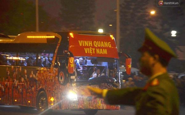Xe buýt đưa đoàn thể thao Việt Nam rời sân bay Nội Bài, hàng trăm CĐV đứng 2 bên vẫy tay chào đón nồng nhiệt