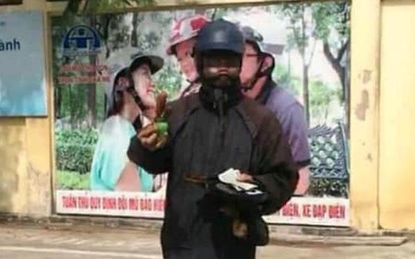 Hà Nội xuất hiện đối tượng mặc đồ đen cầm tiền lẻ và đồ chơi đứng trước cổng trường rất đáng nghi, phụ huynh hết sức cảnh giác