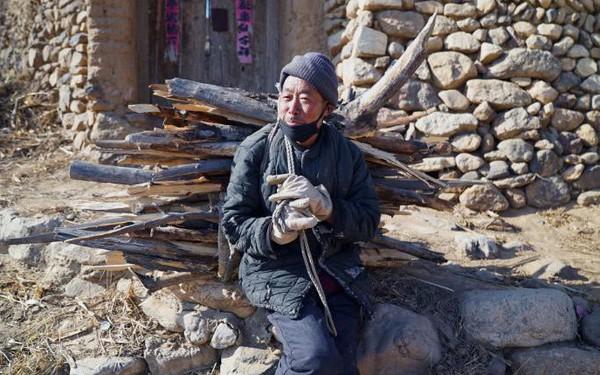 Bi kịch người già ở Trung Quốc: Tuổi trẻ dốc sức, dốc tiền nuôi con, đến khi xế chiều phải gánh củi, bán ngô nuôi thân