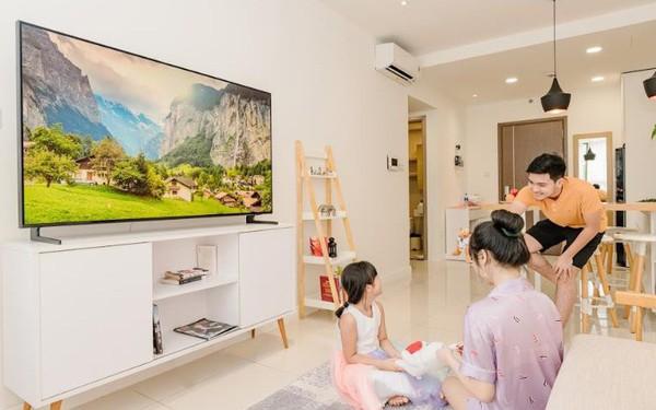 Cùng nhau quây quần xem TV là biểu hiện của một gia đình hạnh phúc