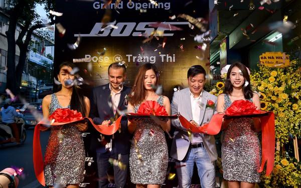 Khách hàng thích thú trải nghiệm tại Bose Store Tràng Thi trong ngày khai trương