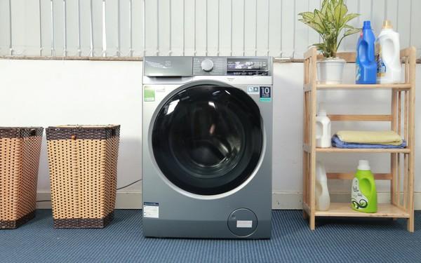Không giặt tay mà quần áo vẫn sáng mới bền lâu? Chuyện nhỏ với máy giặt Electrolux UltimateCare 900
