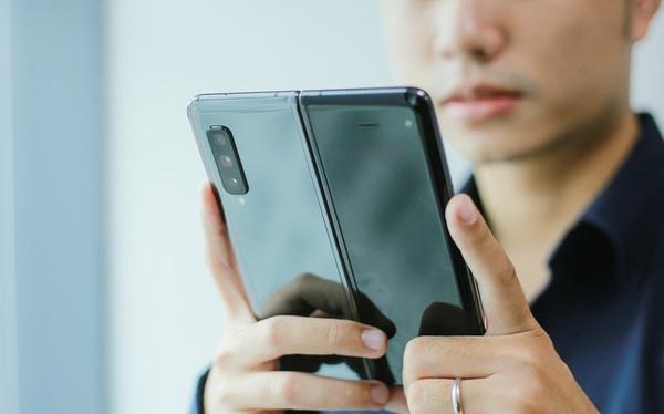 """Giá 50 triệu, Galaxy Fold vẫn """"cháy hàng"""" ở Việt Nam, vậy ai là người mua?"""