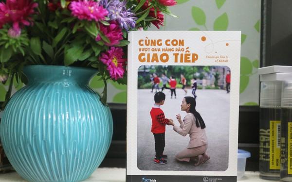 [Sách hay] Cùng con vượt qua hàng rào giao tiếp: Cẩm nang dành cho các bậc phụ huynh dắt tay các em bé tự kỷ bước qua cánh cửa hẹp để ra ngoài xã hội