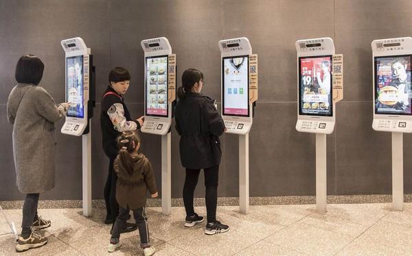 'Cảnh giới' mới của KFC ở Trung Quốc: Khách order qua màn hình cảm ứng, camera quét gÆ°Æ¡ng mặt để thanh toán và AI 'học' khẩu vị của từng người để gợi ý menu phù hợp