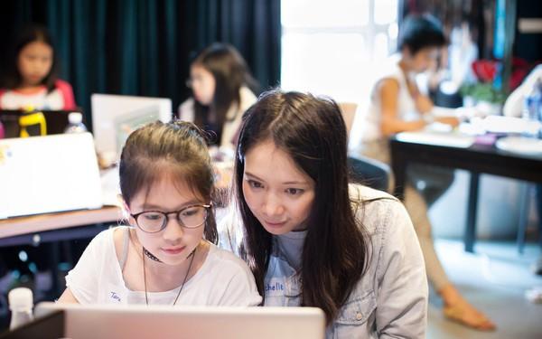 Mắc cúm lợn nằm liệt giường tưởng không qua khỏi, cô gái quyết định bỏ việc ở Goldman Sachs để thành lập học viện đào tạo lập trình cho trẻ em