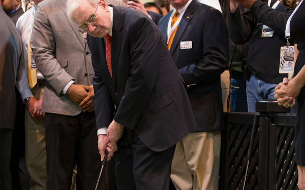 """Warren Buffett: """"Cuộc đời giống như chơi golf, nếu người nào cũng đưa bóng vào mọi lỗ golf thì sẽ chẳng có ai chơi trò này, vì đâu còn vui nữa"""""""